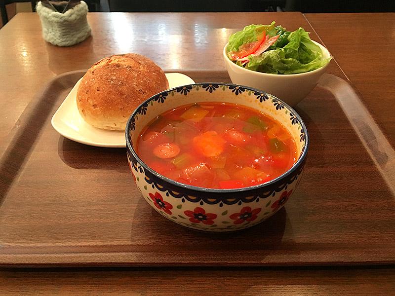 JR新橋駅から西へ徒歩5分ほどにある虎ノ門のニットカフェ『森のこぶた』のトマトスープランチ