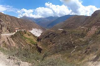 Uma bela vista das Salineras de Maras na curva.