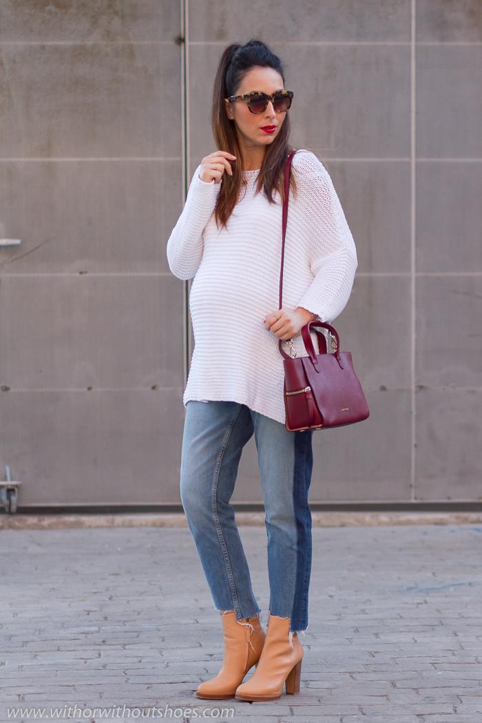 BLogger influencer embarazada con pantalones jeans y botines de tacón