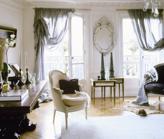 Eye for design decorating with the french berg re chair for Case neoclassiche