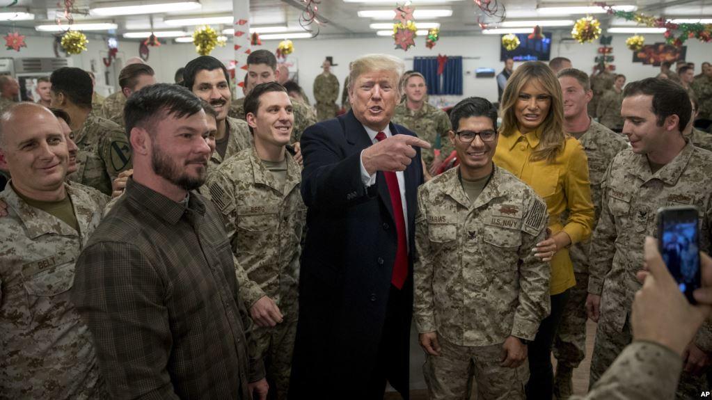 Trump junto a la primera dama Melania saludaron y agradecieron a las tropas desplegadas en la base aérea Al Asad en Irak / AP