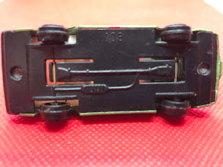 日産 フェアレディ のおんぼろミニカーを底面から撮影