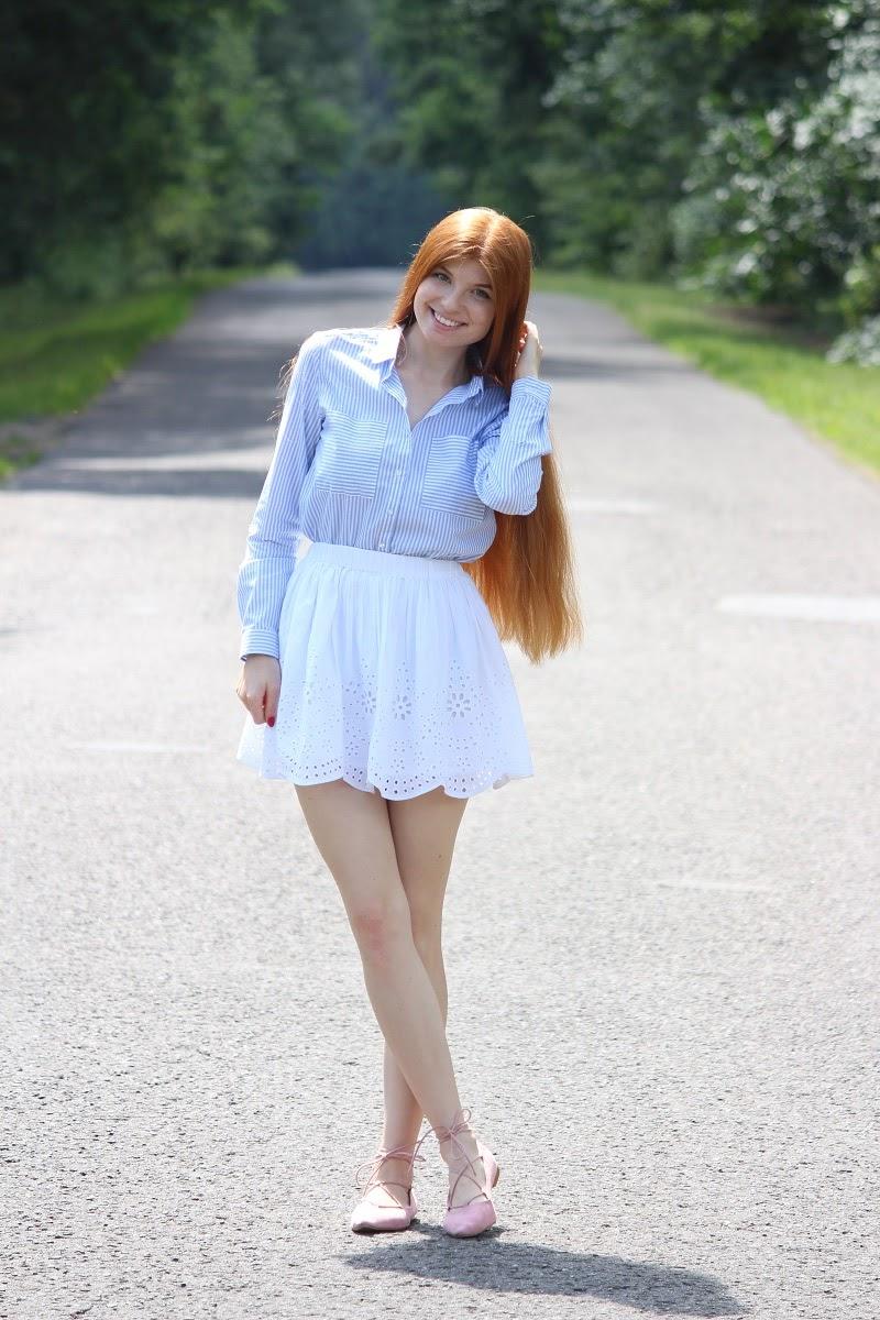 Pasiasta koszula i biała spódnica