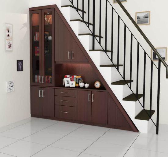 Manfaat ruang bawah tangga untuk lemari pajangan