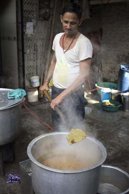cooking, chef, restaurant, kumbharwada, dharavi, street, street photography, streetphoto, mumbai, india,
