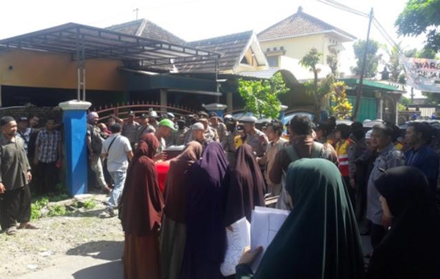 Ditolak oleh Semua Warga, Walikota Solo Malah 'Ngotot' Meresmikan Bagunan Geraja Di Kampung Muslim!