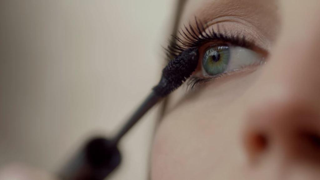 Modella Avon mascara Wide Awake con Foto - Testimonial
