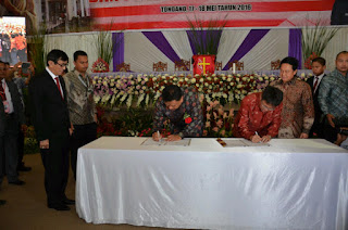 Gubernur Sulut, Olly Dondokambey dan Ketua DPRD Sulut saat menandatngani MoU dengan KanwilkumHAM Sulut