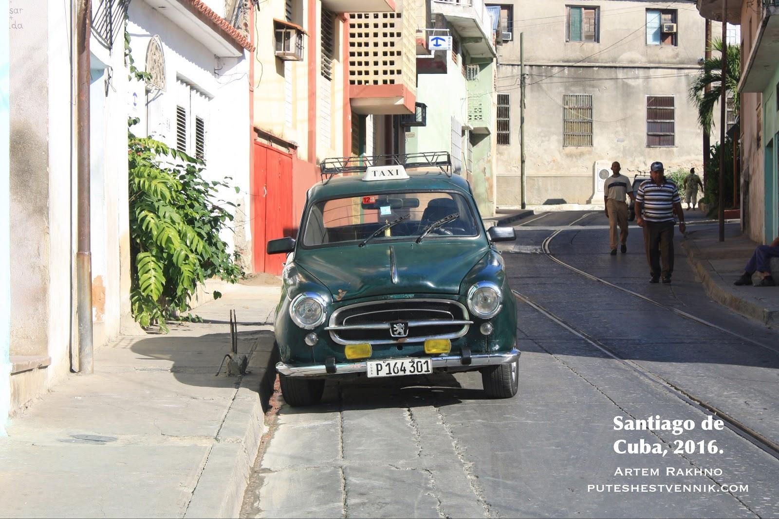 Рельсы и автомобиль на улице в Сантьяго