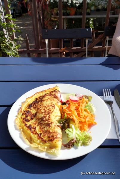 Gefüllter Pfannkuchen mit Spinat, Feta und Tomaten im Glashaus in Karlsruhe