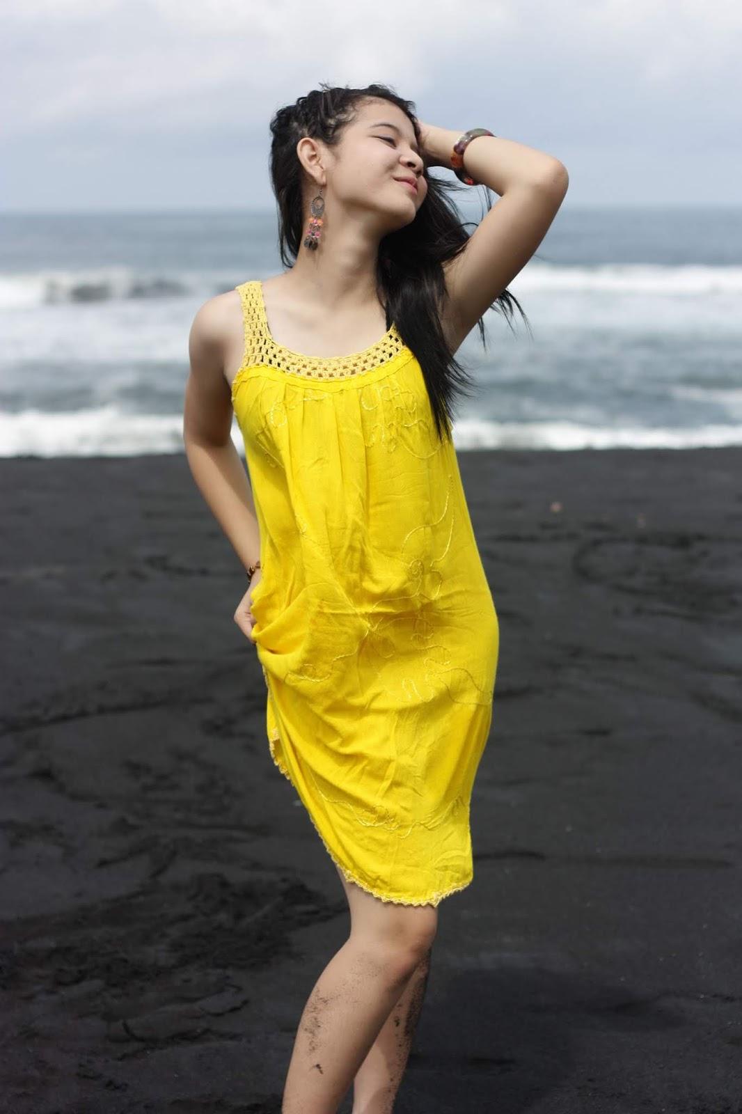 Dress Kuning cerah untuk konsep foto model di pantai
