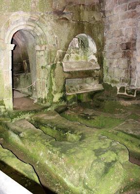 Capillas excavadas en la roca, en el monasterio más antiguo de Galicia y uno de los pocos monasterios de España excavado en  una roca, monasterio de San Pedro de Roca en la Ribera Sacra