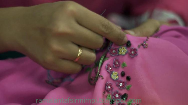 Baju sulaman atau yang sering kita kenal dengan nama bordir adalah baju yang penuh hiasan 9 Arti Mimpi Mengenakan Baju Sulaman Menurut Primbon Jawa