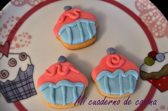 Galletas con forma de cupcake decoradas con fondant
