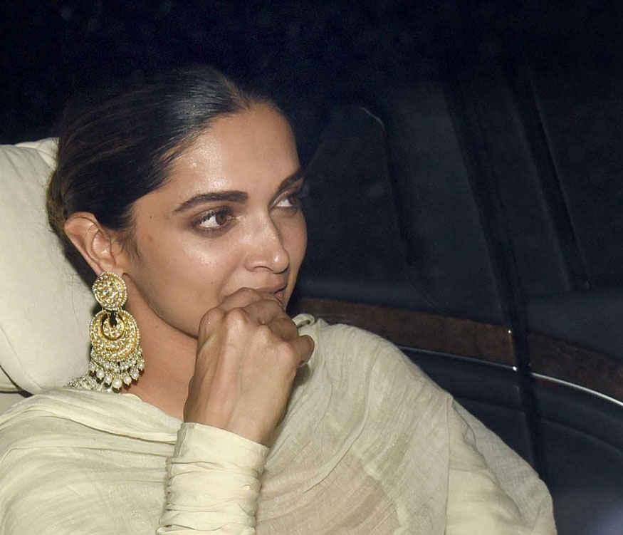 Deepika Padukone Hot Looking Smiling Face Without makeup ...