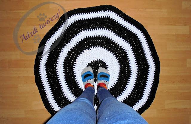 szydełkowany dywan Adzik tworzy