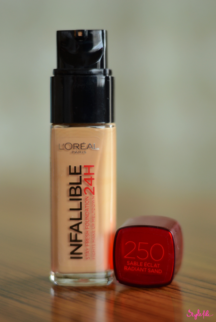 The L'Oreal Paris Infallible Stay Fresh 24 HR liquid foundation comes in a thick glass bottle with a plastic cap and has a creamy texture and thick liquid consistency