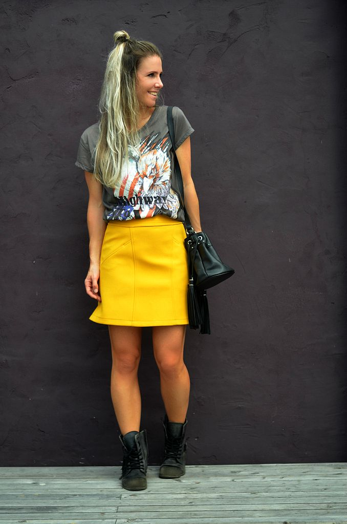rock chic streetstyle fashionblogger fringe bag yellow skirt half bun 70s trend biker boots new collection hairdo trend 2016