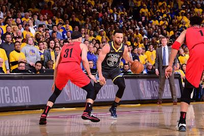 Stephen Curry, do Golden State Warriors, durante partida contra o Portland Trail Blazers - Crédito da foto: NBA/GettyImages