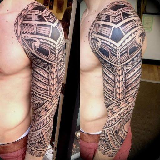 Este incrivelmente intrincada de manga comprida ilhéu da tatuagem