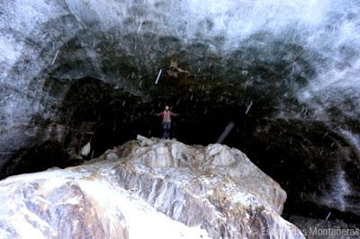 Interior de una de las cuevas heladas del Glaciar de Vinciguerra en Ushuaia, Argentina.