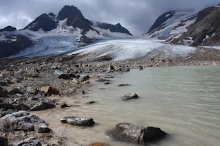 Glacier Lac glaciaire au pied du glacier
