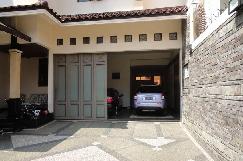 garasi mobil minimalis dan simple tanpa kanopi dibaian