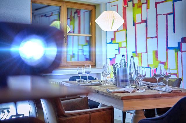 Beamer im Tagungsraum KARO im 4Eck Restaurant Garmisch-Partenkirchen für Events, Geburtstage, Hochzeiten, Seminare, Schulungen, kreativer ArbeitsRaum Original 4Eck, Fotos Marc Gilsdorf