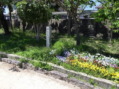枚方市・市民の森(鏡伝池緑地)の花壇 贈 枚方市農協緑の会