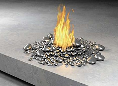 el fuego surge de forma espontanea entre las piedras de color plata creando un ambiente muy moderno