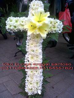 rangkaian karangan bunga salib duka cita lily