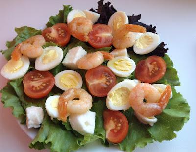 салат с креветками, салат с помидорами черри, перепелиными яйцами, салат с креветками и помидорами черри