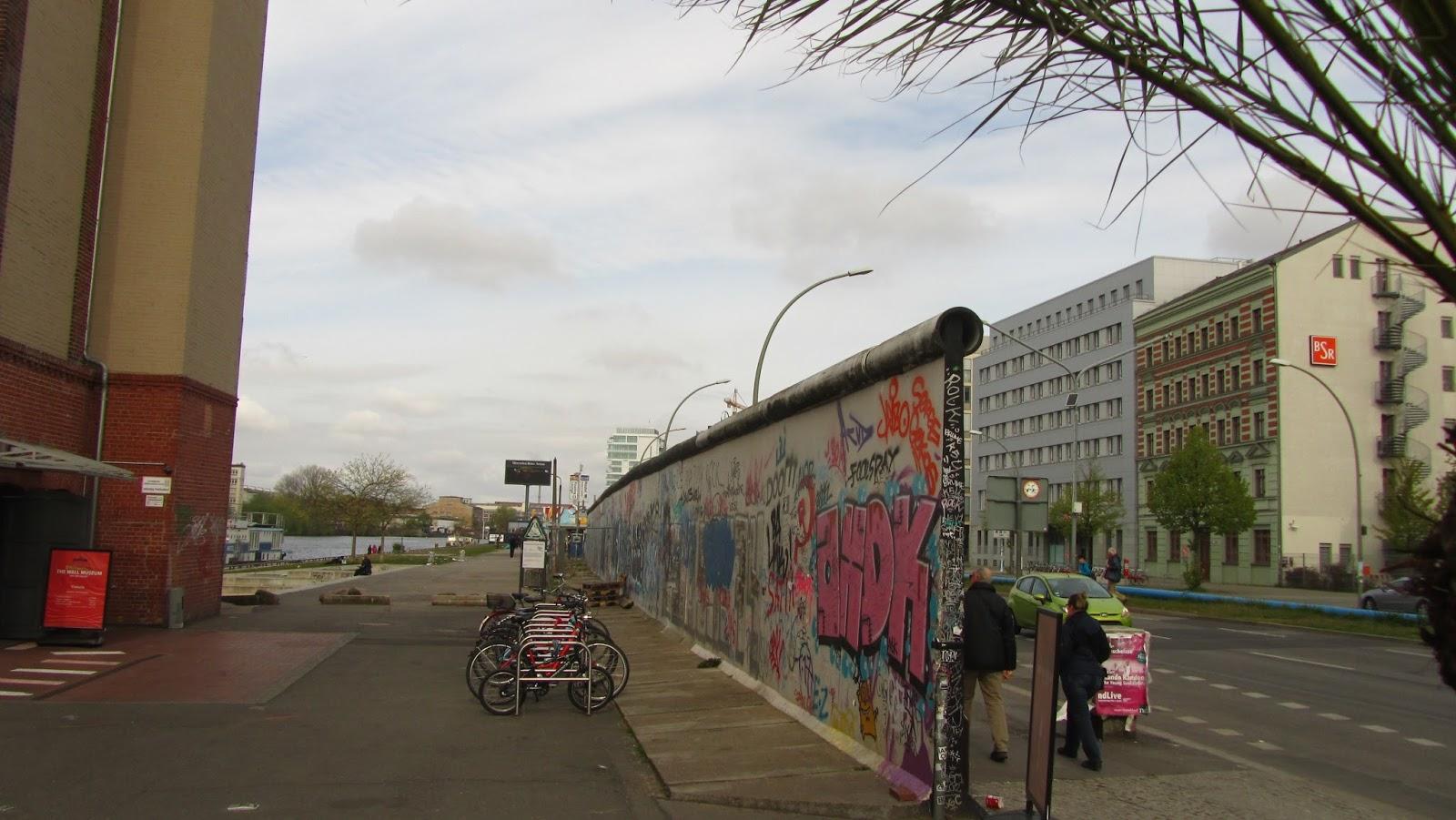 berlin gezilecek yerler berlin duvar ve east side gallery. Black Bedroom Furniture Sets. Home Design Ideas