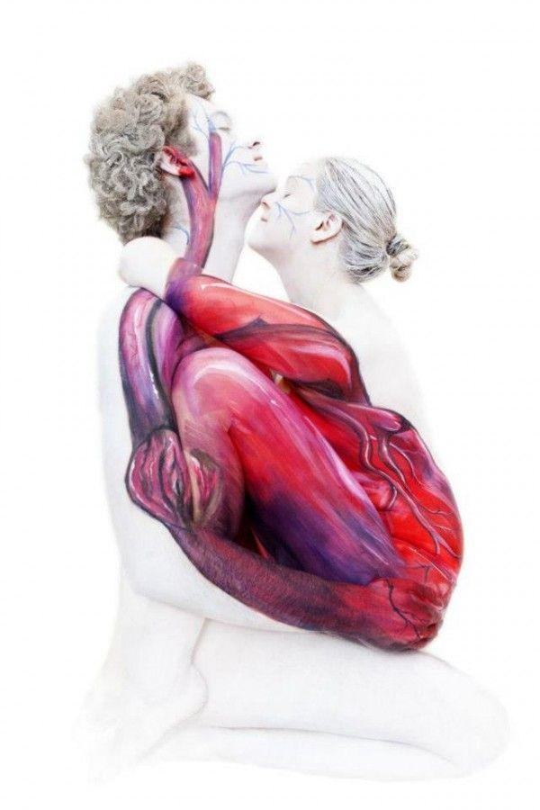 Body paint inusual y muy atractivo pareja y corazón