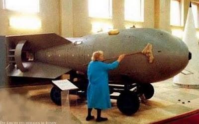 Lustige alte Hausfrau putzt Bombe mit Wischer