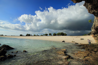 Tebing-tebing di pantai Boa