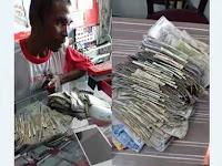 Bapak ini membeli smartphone dengan uang receh