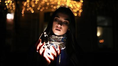 Chica mirando fijamente luces navideñas