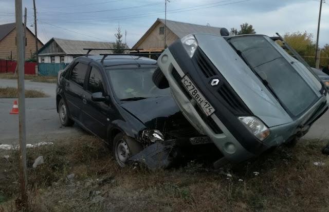 В Башкирии столкнулись два Логана: ребёнка выбросило из машины