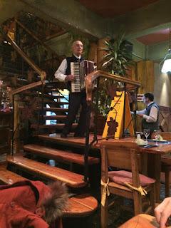 Música ao vivo no restaurante Familia Weiss em Bariloche