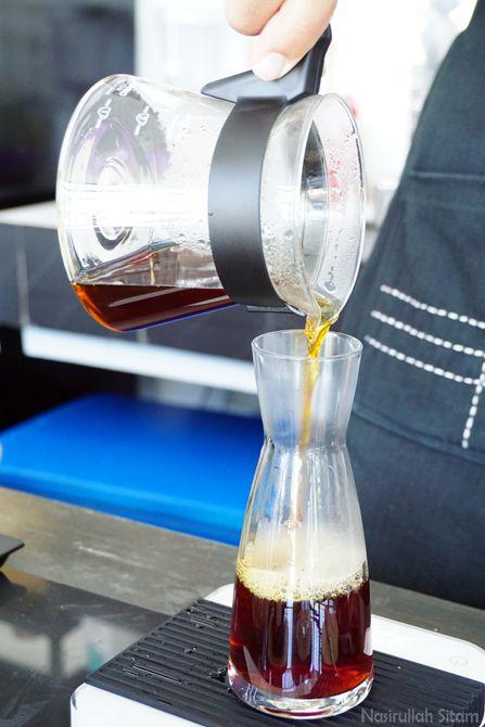 Pesanan kopi sedang dibuat barista