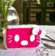 http://damnitjanetletscrochet.blogspot.ca/2012/06/hello-kitty-camera-cozy.html