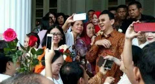 Ahok's devotee enliven city hall to support after failing in election of 2017