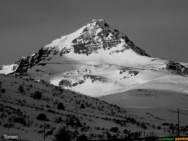 Bonita estampa nevada del Pico Toneo.