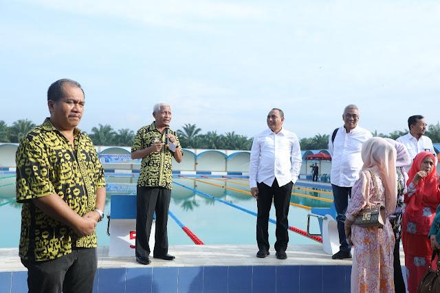 Wakil Bupati Asahan Surya saat memaparkan kondisi kolam renang milik Pemkab Asahan di hadapan Gubsu Edy Rahmayadi.