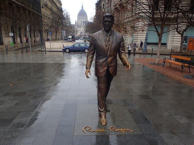 Tuż obok pomnika radzieckich żołnierzy został postawiony pomnik Reagana