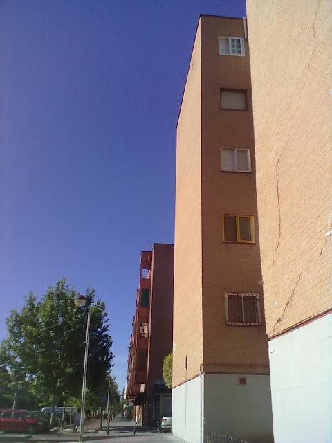 Fotodenuncia. Un edificio sobre Metro Este que se agrieta