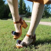 https://laukkumatka.blogspot.com/2018/05/pallojalka-pompom-shoe-makeover.html
