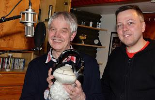 """Frohe Ostergrüße mit Musik senden Michael Winkler und Marek Schirmer (rechts) in den EN-Kreis. Aufmerksam dabei: Osterschaf """"Purzel"""". (Foto: Heinz Gruß)"""