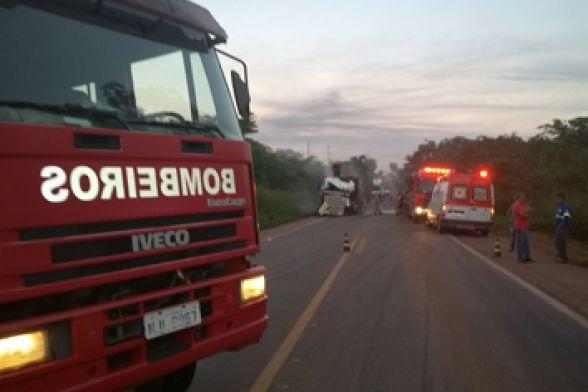Carreteiro morre preso às ferragens em acidente na BR 364